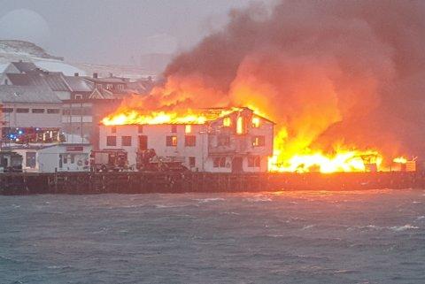 OVERTENT: Flammene tok overhånd.