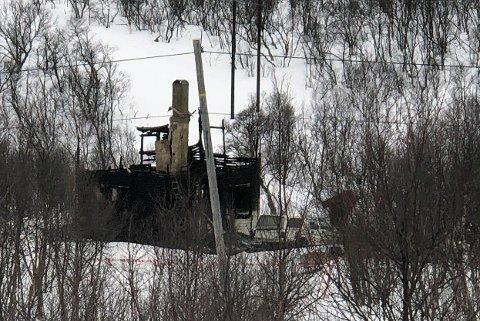 NEDBRENT: Hytta i Bugøyfjord ble nedbrent etter at siktede satte fyr på den natt til onsdag 8. april. Siden har han sittet varetektsfengslet.