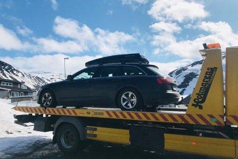 FUNNET IGJEN: Slik ble bilen fraktet til verkstedet før den ble stjålet mandag morgen. Tirsdag morgen dukka den opp igjen rundt 6,4 km unna.