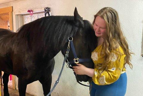 SKREMT: Andrine Alme (21) er her avbildet med en av hestene som ble skremt av fyrverkeriet.