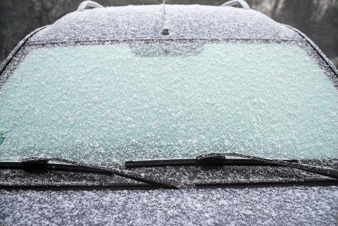 NEDISET: Er frontruten full av is, bør varselbjellene ringe.