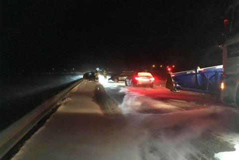 MATERIELLE SKADER: Bildet er tatt på E6 ved Kolvik i Indre Billefjord. Bildet viser omfattende skader på kjøretøy.