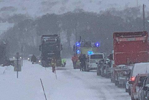 PÅ STEDET: Veien var stengt da ulykken skjedde.