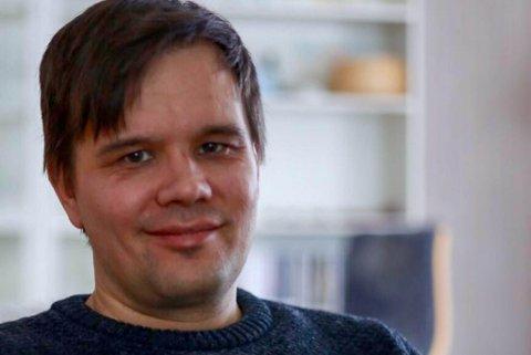 NYE MULIGHETER: Johan Ailo Mattias Kalstad trives i dag i sin stilling som direktør på Samisk Høgskole, men han har kun to år igjen av åremålet i direktørstolen. Det er årsaken til at han er å finne i søkebunken til direktørstilligen i NRK Sápmi.