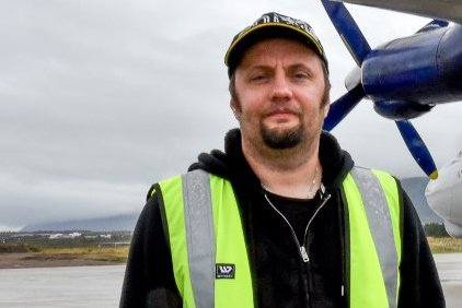 FLYR UT KONGEKRABBE: Svein Vegar Lyder opplever at kundene ute i verden er villige til å betale mye for å spise kongekrabbene han kjøper fra lokale fiskere i Finnmark.