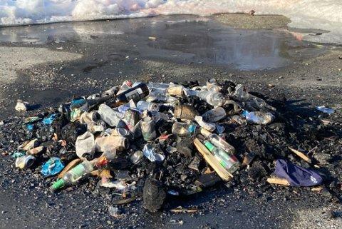 AVFALL: Slik så det ut på parkeringsplassen ved Langvannet på Kvenvikmoen i Alta søndag.