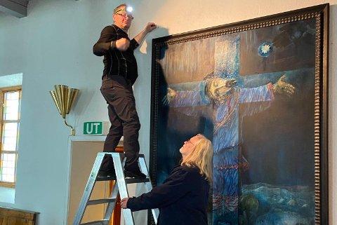 HENGES OPP: Prest i Kjøllefjord kirke Helge Helgesen og Kjell Sørbø hang forrige torsdag ettermiddag opp bildet ved alteret.