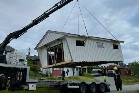 TIL NY TOMT: Garasjen ble flyttet ved hjelp av 5-6 menn, og ca. fire timers arbeid.