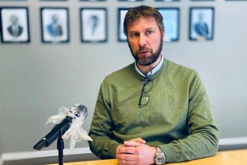 NYE REGLER: Jonas Holte og Harstad kommune har innført nye tiltak som gjelder fra og med søndag til og med 7. mars.