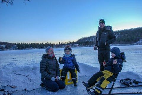 TURFAMILIE: Mamma Therese-Marie Storbakk Tangen (35), Vinjar Storbakk Larsen (3), pappa Tom-Erik Larsen (39) og Toke Storbakk Larsen (6) koser seg på Heimvatnet.