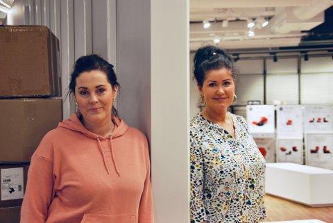 TO I ÉN: Camilla Høiden Hansen og Janne Mari Sørensen Hansen er sjef for hver sin butikk, men fra den ene butikken vil det være mulig å gå inn i den andre uten å måtte gå ut av lokalet. Kun denne veggen skiller mellom de to.