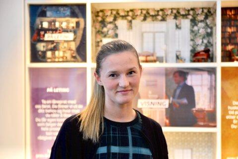 FIKK FAST JOBB: Etter studiene fikk Siril Katrine Jensen et vikariat som kundevert hos DNB Harstad. Etter et kjapt stopp innom Heggen videregående skole som resepsjonist, kapret hun fast jobb som finansrådgiver hos DNB i februar.