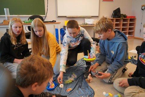 Elever i 7. klasse med rollespill om fordeling av vannressurser.