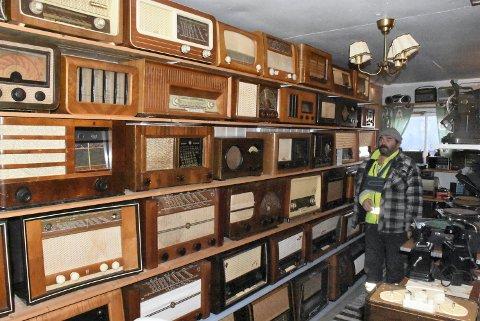 RADIOPARADIS: Morten Østborg på Mule har over 3.000 radioer i sin varetekt. Disse er av en eldre og gylden årgang.