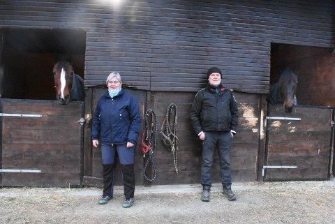 EGET STALLBYGG: En lite hus med tre stallbokser står på småbrukets gårdsplass. Fra venstre: Evita Va Bene, Randi Bremseth, Dagfinn Jessen og F.X. Fragola.