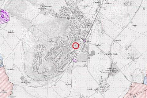 SKAL UTREDES: Det er ikke tidligere kartlagt kvikkleire på eiendommen (rød ring). Men det er kjente faresoner i umiddelbar nærhet, så det kreves grundigere undersøkelser før det bygges. Blant bekymringene er to kvikkleirelommer Statens vegvesen har avdekket langs jernbanetraseen (merket med lilla).