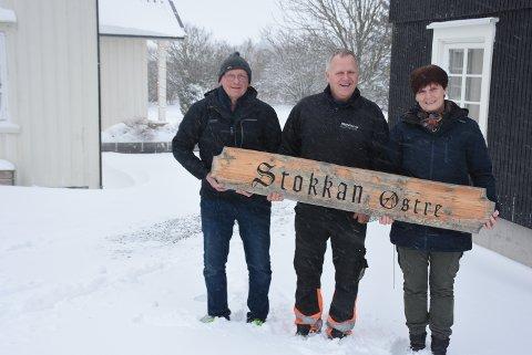 STOKKAN ØSTRE: Lokalhistoriker Sigmund Vudduaune (t.v) sammen med Per Kristian Undlien og Tove Tvete Undlien på Stokkan østre.