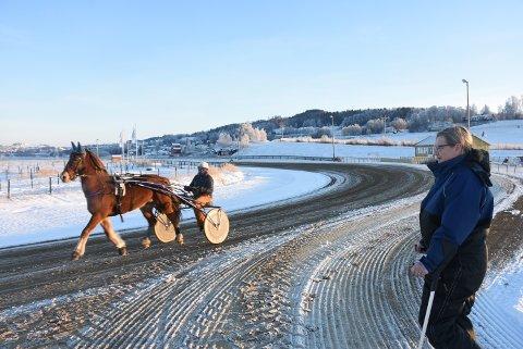 FLOTT SYN: Monika Tangen står med krykker på sidelinja og ser sin Hynne Prinsen trave forbi med Tove Melby i sulkyen.