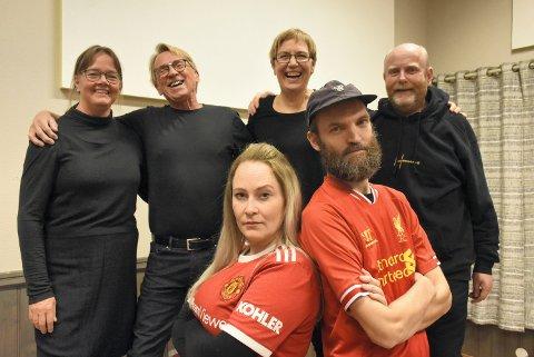 AlvOR OG LATTER: Mens korist og scenograf Tone Solhaug Hagen og dirigent Per Chr. Rolin aldri blir enige om hvem som er best av Manchester United, ler kormedlemmene av det som skjer. Her representert ved fire av dem. Fra venstre: Heidi Munkeby, Øyvind Nybakken, Elise Berre og Roger Bjerkan.