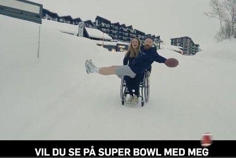STILTE OPP: Birgit Skarstein spiller daten til Marius Skjelbæk i musikkvideoen  «Superbowl (ja eller nei)»