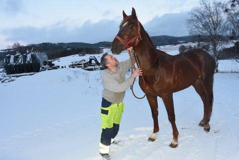 NY STJERNE: Jan Lyng titter opp på tre år gamle Moni Winner og lurer på om han kan bli like god som Moni Viking.