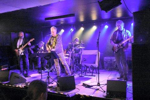 HEART OF GOLD: Gold Neils på Havna scene rett før jul i fjor. Fra venstre: Ståle Volden (gitar), Frank Almås (bass) Hans Nyberg (kassegitar og vokal), Ståle Sundal (trommer) og Stein Roger Brønseth (munnspill og gitar).
