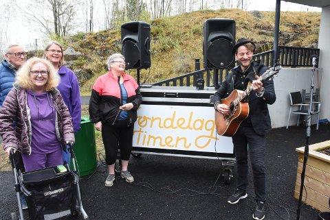 FORVENTNINGER: Det var gode stemning i sansehagen på Breidablikktunet før konserten til Magnus Hestegrei. Bak fra venstre: Martin Granås, Trine Aagesen Nordbotten og Astrid Almaas med Merete Sneeggen foran.