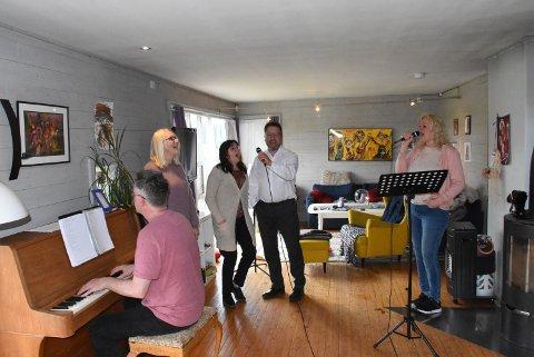KIRKEKLARE: Her er de fem som skal underholde publikum i sju kirker på sju dager med premiere i Ytterøy kirke mandag. Fra venstre: Oldd Halvor Moen, Rigmor Mollan, Hildegunn Husby, Dag Petter Husby og Åse-Rakel Bøhn.