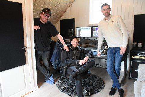 """FORNØYD TRIO: For andre gang har Magnus Hestegrei vært i Stabburet Studio til Sverre Bjarne Inndal (t.v). Første gang var med """"Trøndelagsnytt"""" i 2016. Viktig medspiller harvært lydtekniker Per Arne Nessemo (t.h)"""
