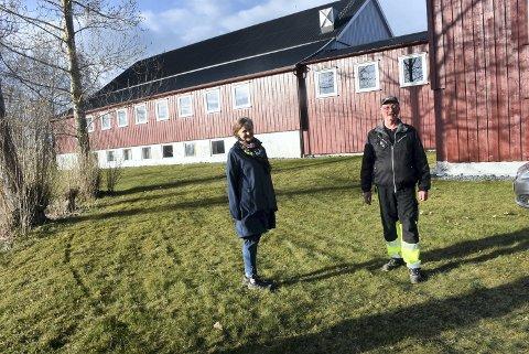 I VÅRSOLA: Hege Vastad er leder og Olav Reinås kasserer i foreningen Reehaug samfunnshus.