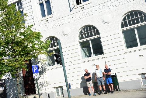 """PÅ STEDET: En del av handlingen i """"Eva"""" sveiper innom det gamle bankbygget, for der lå jo banken i den tida romanen foregår, nemlig åra 2004-2005, røper Torvald Sund som ved sin side har Børre Eidissen (t.v) og Tor Klevmo."""