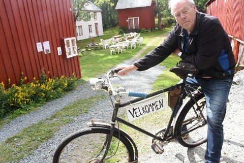 HILSER VELKOMMEN: Gunnar Jørstad er leder for Stiftelsen Ytterøy Bygdetun på Bjørvik østre.