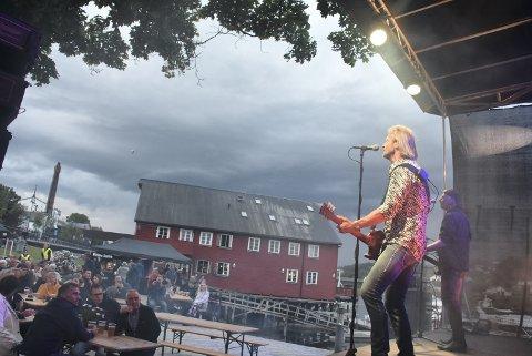 FLOTTE OMGIVELSER: Torstein Flakne og Stage Dolls fikk æren av å innvie Sjøparken som en flott arena for rock'n'roll.