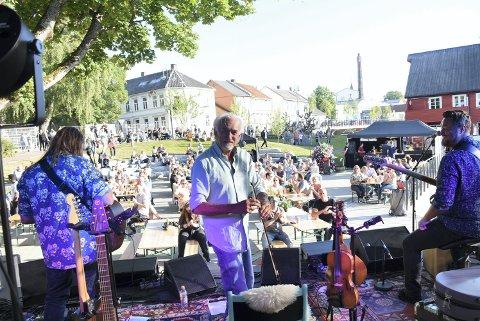 """KOSTE SEG: Hans Rotmo er i bedre form enn på mange år og koser seg på scenen med """"Vømmølbasen Trio""""."""
