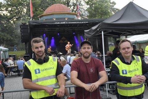 SUPERFORNØYDE: Årets Bakgårdfestival ble en kjempesuksess for arrangørene i Levanger Vel. Trioen Thomas Selseth (t.v), Åsmund Saure Hagen og Børge Solbakk (t.h) er godt i gang med planleggingen mot neste år festival - med Tre Små Kinesere i bakgrunnen.