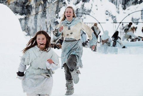 STJERNESTØV: Ingrid Bolsø Berdal fra Inderøy og debutant Camilla San Miguel Bjørneng fant tonen på innspilling av årets julekalender på NRK, hvor de spiller mor og datter.