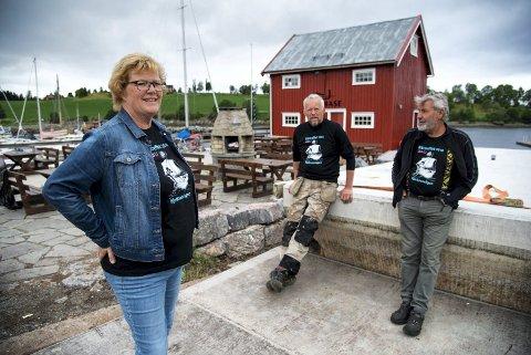 AVLYST:  Sigrid Westrum Lyngstad, Kjell Ole Fossum og Åsmund Lyngstad ser  seg nødt til å avlyse båttreffet på kaia på Kjerknesvågen.
