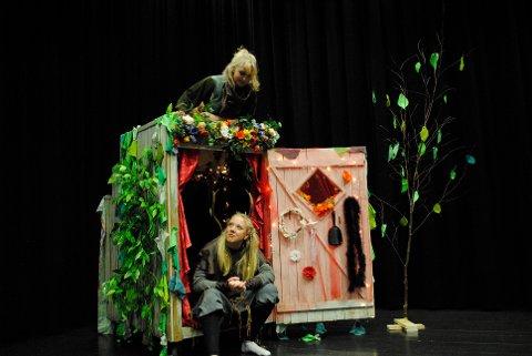 ALVER: Sofie Skavhaug (øverst) og Ingalill Myhr øver sammen på forestillingen En Midtsommernattsdøgn der de spiller alver.