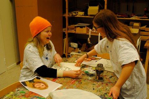 SELVPORTRETT: Molly Aas-Andersen (f.v) og Rikke Viken-Wollan sitter sammen og lager hver sitt portrettbilde på Nils Aas Kunstverksted.