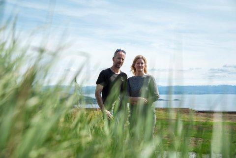 BESØK: Frode Sakshaug og Kristine Daling Sakshaug får besøk av Jonas Gahr Støre på  Øyna Kulturlandskapshotel torsdag.