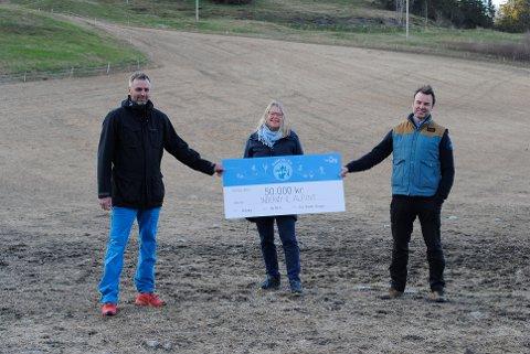 FORNØYD: Styret i alpingruppa til Inderøy IL med styreleder Robert Kristensten, nestleder Hilde Tokle Yri og kasserer Eskil Solberg er alle fornøyde med førstepremien i NTEs konkurranse Laget Mitt.