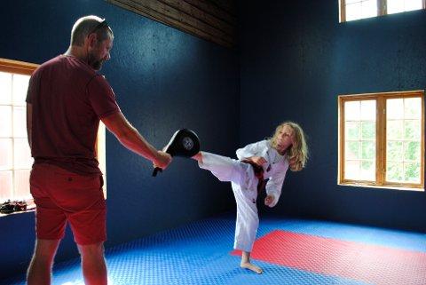 TRENINGSROM: Familien Wolan har nylig bygd eget treningsrom. Her trener Amund taekwondo med far, Bjørn Tore.