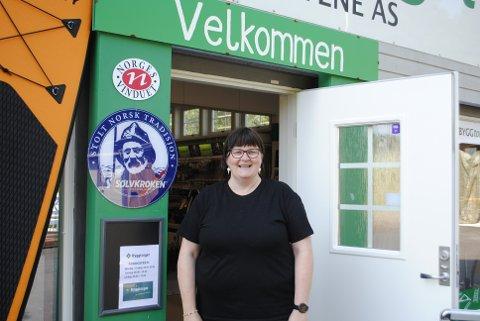 SOMMERPRATEN: Anne-Sissel Verstad er for tiden på Byggtorget Mosvik i butikken, før hun skal ha ferie.