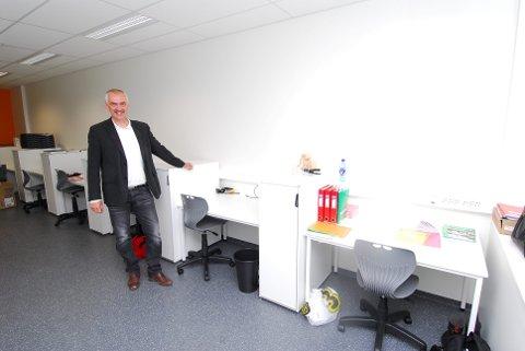 Rektor Harald Einar Erichsen viser fram lærerarbeidsplassene.