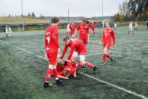 Juvel på bursdagen: Petter Stensås (underst) scoret sitt første mål for sesongen, og et viktig mål i den avgjørende kampen mot Skedsmo lørdag - på sin egen bursdag. Her tiljubles han av medspillere etter å ha gjort 1-0 til de røde. Foto: Svein Samuelsen