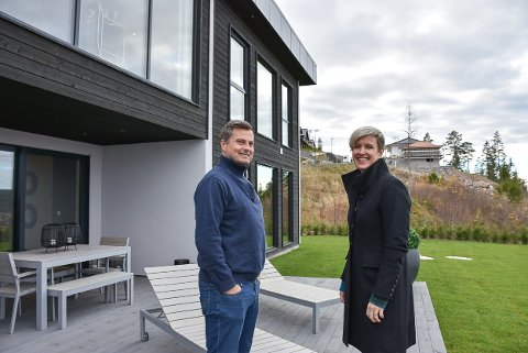 Prosjektleder Kenneth Kvebek og daglig leder Ragnhild Pettersen i Initio Eiendom AS foran den nyeoppførte boligen i Festningsåsen.