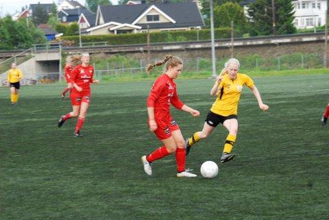 Hanna Revelsby med ballen og de andre Sørumsand-damene spilte uavgjort 0-0 mot Gjerdrum på hjemmebane Tirsdag kveld.