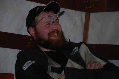 MAKTDEMONSTRASJON: Daniel Sørlis smil ble bredere og bredere og brøt ut i et stort glis etter hvert som anvisningen viste den ene innertieren etter den andre. Til slutt ble det klart at alle 10 satt i sentrum. Med andre ord et realt skremmeskudd fra regjerende skytterkonge halvannen måned før LS i Førde. Foto: Jon Wiik