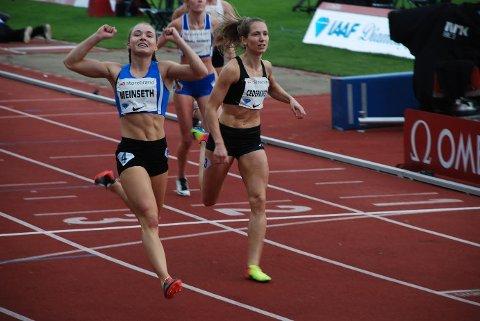 KNEPENT SLÅTT: Astrid Mangen Cederkvist (til høyre) kjempet hardt om seieren på 200 meter på Bislett, men stivnet på slutten. Dermed gikk seieren til jenta i banen ved siden av henne, sørlendingen Ingvild Meinseth. Foto: Jon Wiik.