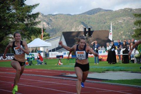 MEDALJEN GLAPP: Astrid Mangen Cederkvist (til venstre) løp for NM-medalje på 100 meter, men endte på 6. plass. Ingen kunne true Helene Rønningen i banen ved siden av. Foto: Jon Wiik.